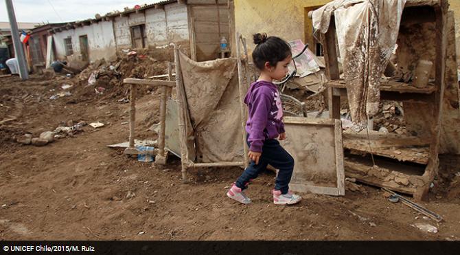 Niña caminando hacia su casa en campamento de refugiados