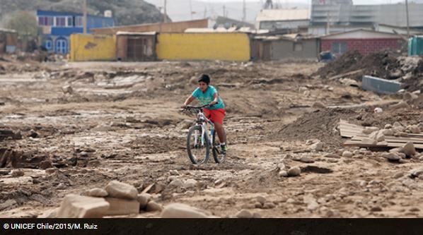Niño andando en bicicleta después de un desastre